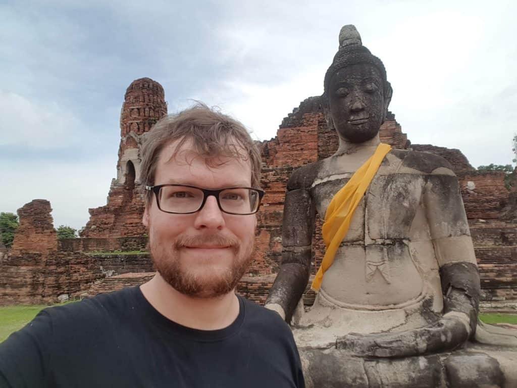 Meiner einer vor den Tempelruinen des Wat Mathatat in Ayutthaya