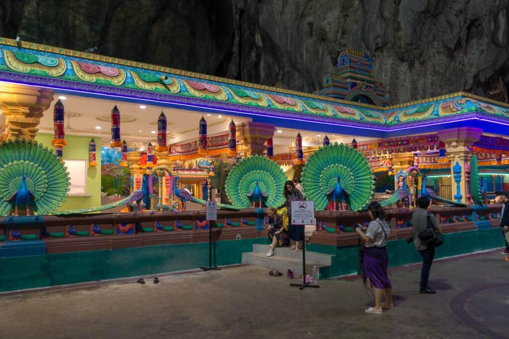 kleiner Hindutempel in der Haupthalle der Batu Höhle von Kuala Lumpur