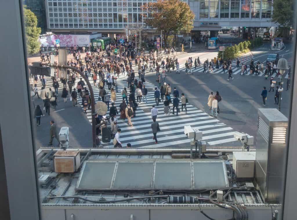 Shibuya Kreuzung mit Hachiko Platz im Hintergrund
