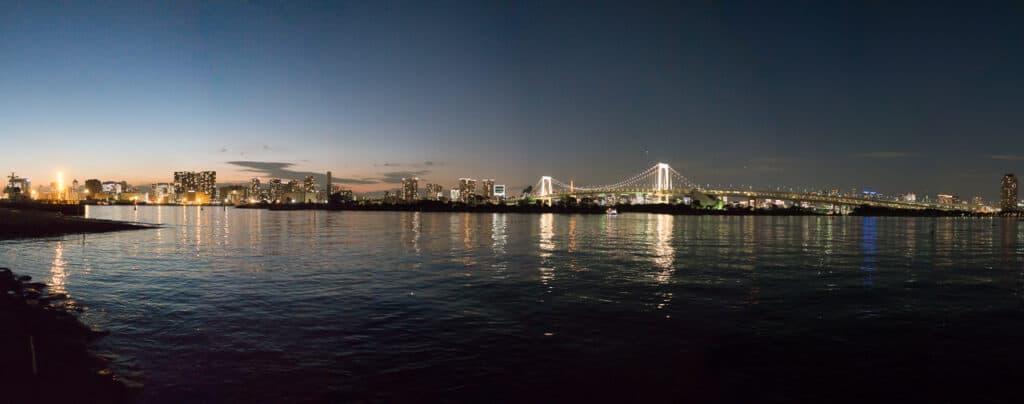 Blick auf Tokyo Skyline von Daiba aus