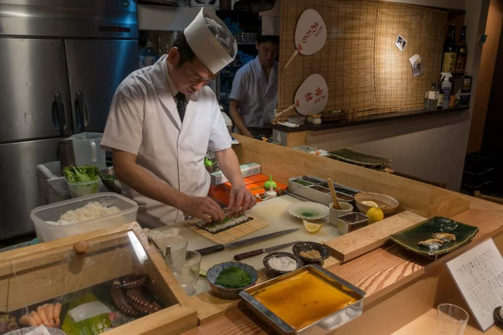Yoshino-san bei der Zubereitung des Sushi im Gion District, Kyoto