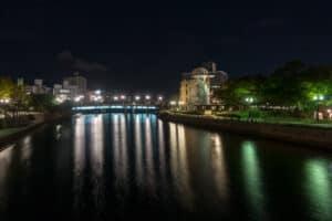 Friedenspark Hiroshima, Besuch bei Nacht