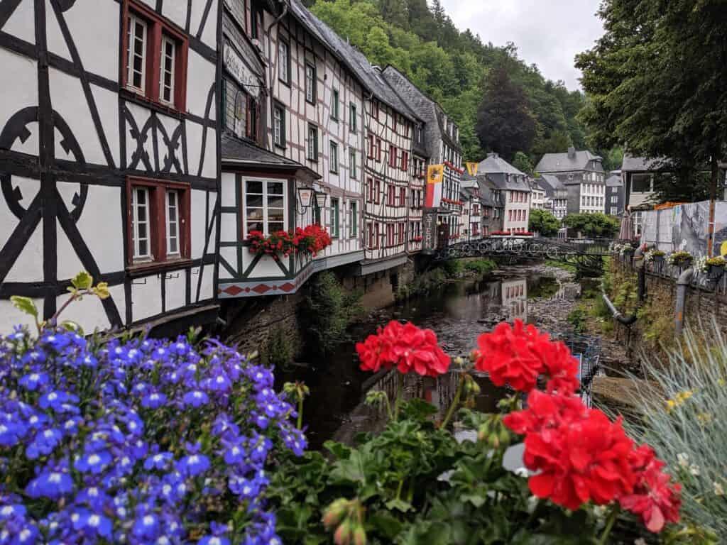 Fachwerkhäuser reihen sich aneinander in Monschau in der Eifel