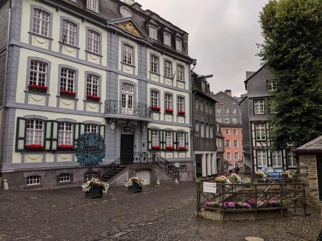 Das rote Haus in Monschau im Hintergrund