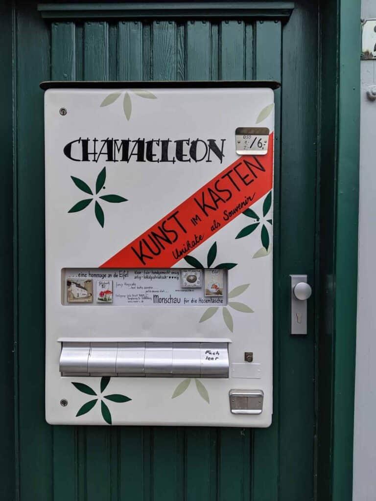 Am einem umgebauten Zigarettenautomaten kann man Kunst kaufen