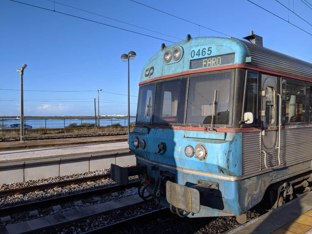 Zug von Albufeira nach Faro in Portugal