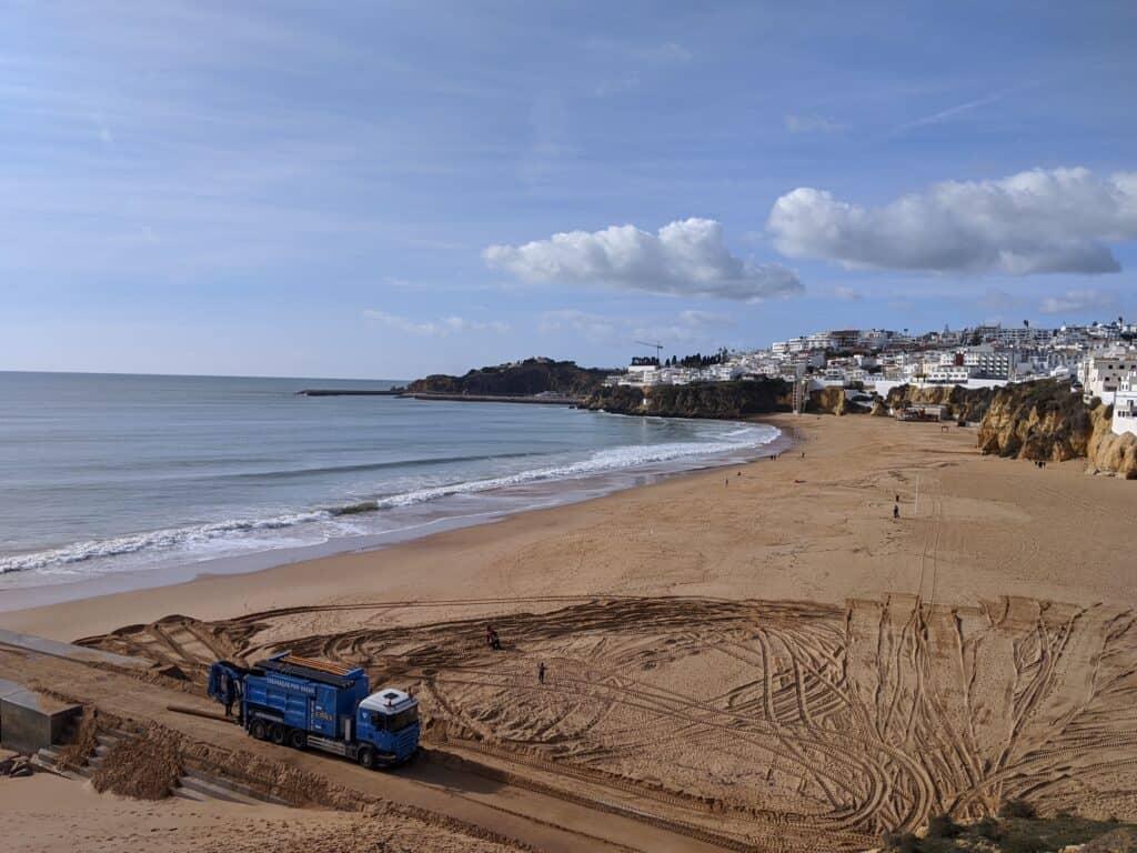 Der Strand von Albufeira an der Küste von Portugal