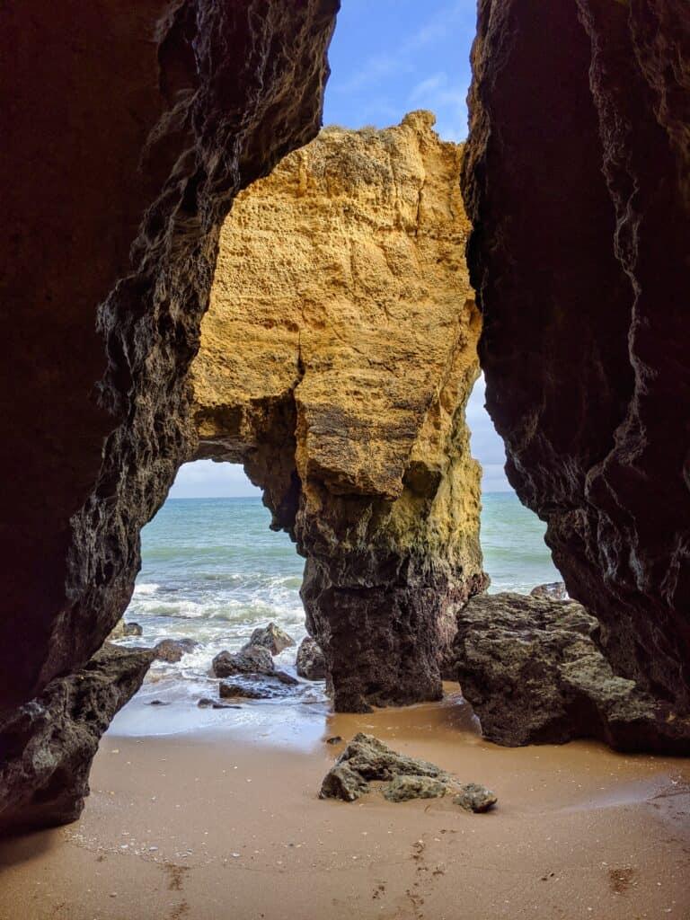 Höhle im Fels des Praia do Pinhao in Lagos