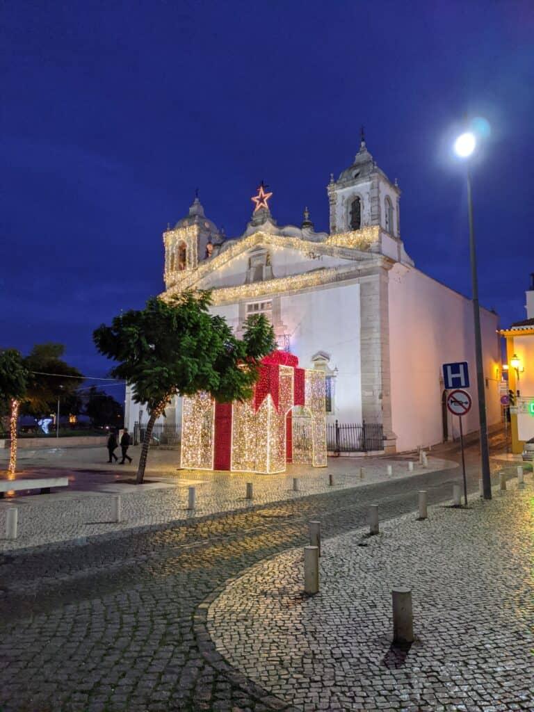 Weihnachtsdeko auf dem Marktplatz von Lagos, Portugal