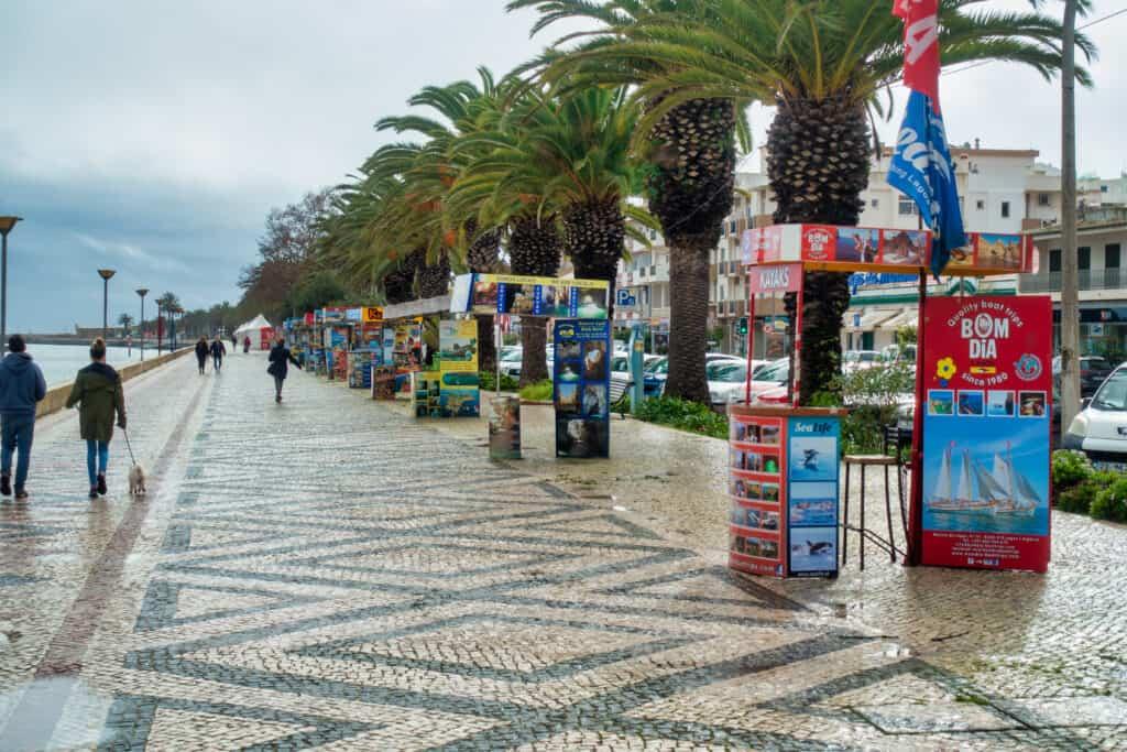Promenade an der Marina in Lagos Portugal